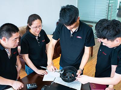 川岛技术员检测产品