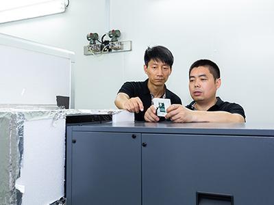 川岛电器员工认真工作中