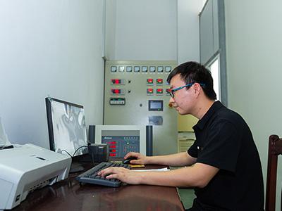 川岛电器员工在检测产品